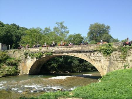 Chevauchée en Pyrénées Cathares - 9/13 ans - Pont avec cavaliers_C°Soularac