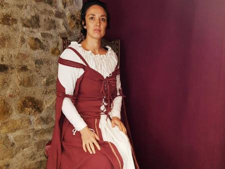 Visite en costume avec Dame Azalais  à la Cité de Carcassonne pour scolaires 1h30