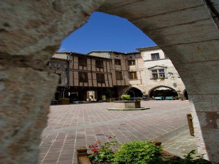 Place Arcades fontaine Castelnau-de-Montmiral
