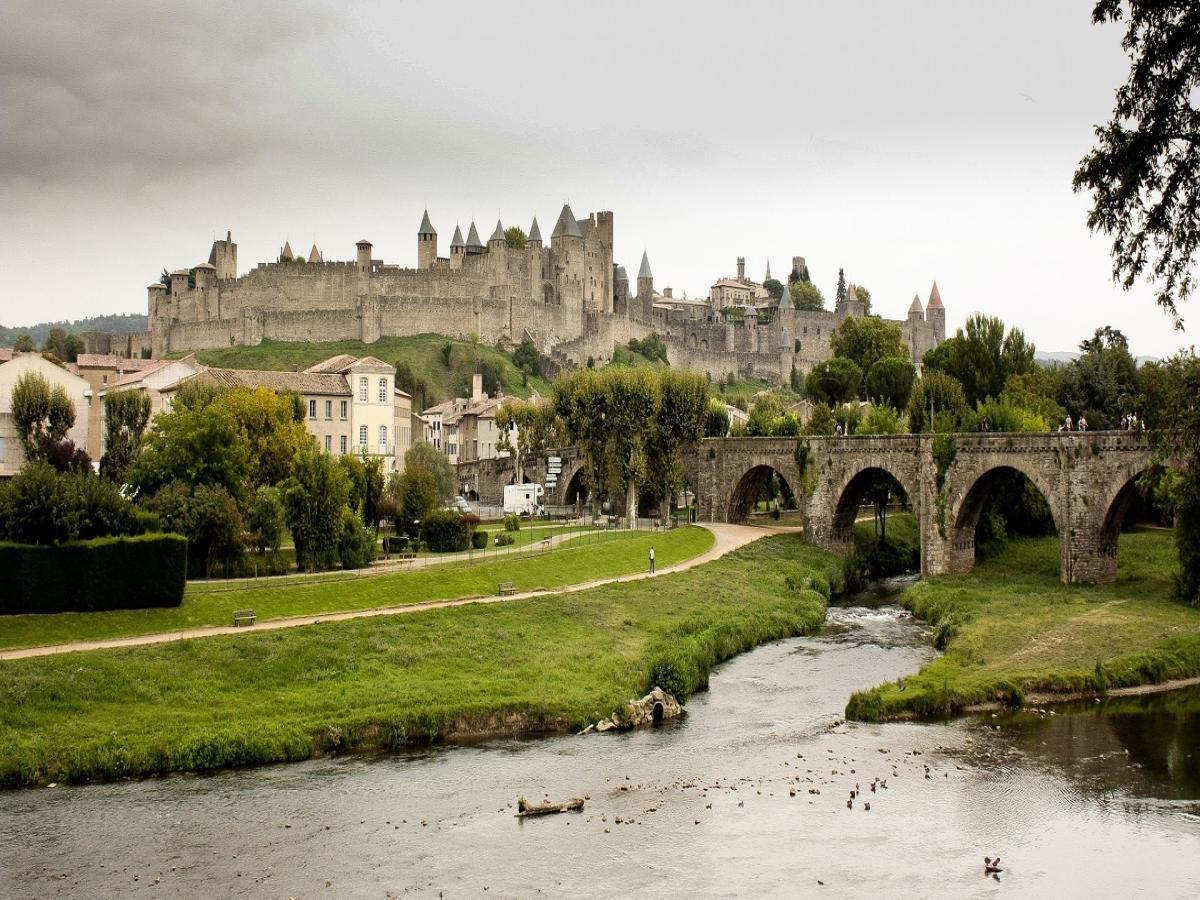 Visite guidée 1h30 de la Cité de Carcassonne fortifications extérieures et basilique
